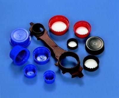 Uzávěr šroubovací PP, červený, s PE pěnou uvnitř a pojistným kroužkem, pro 1 500 - 4 000 ml